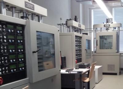 Prüfmaschine für zyklische Asphaltprüfungen
